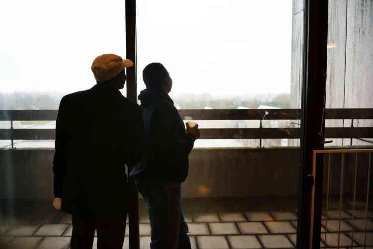 Deux résidents érythréens dans le bâtiment, transformé en centre d'accueil. Les jours de beau temps, on peut apercevoir la côte suédoise, à quelques kilomètres.