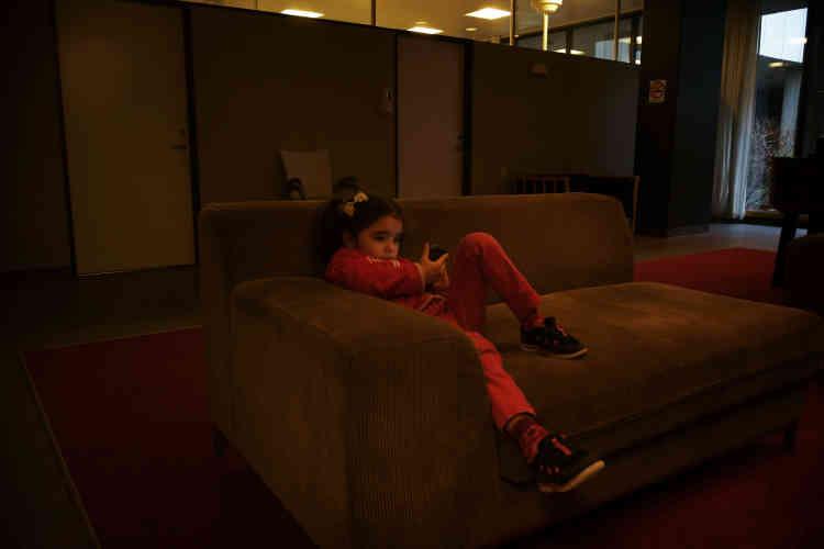Une fillette d'origine syrienne, dans un des salons du centre.