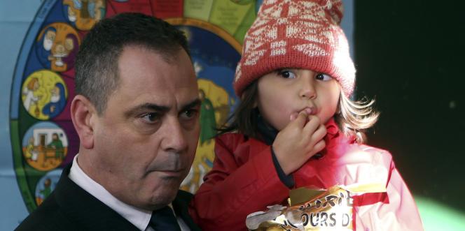 Rob Lawrie, qui porte dans ses bras une fillette Afghane de 4 ans, Bahar Ahmadi, lors d'une conférence de presse, le 14 janvier 2016, à Boulogne-sur-Mer.