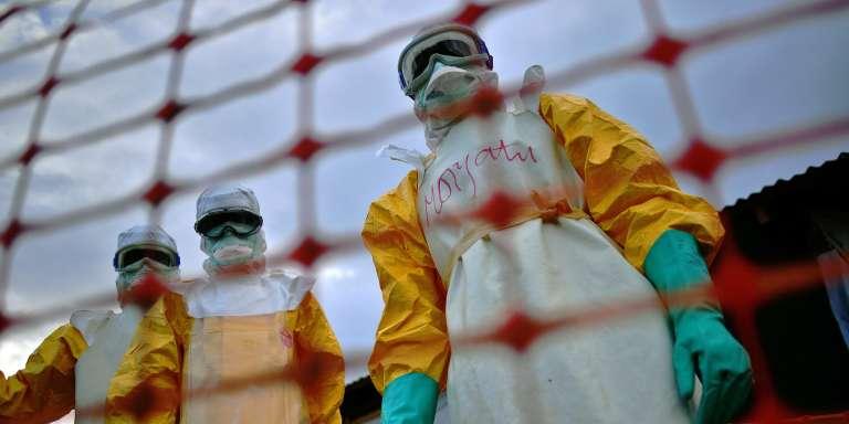 Des membres de l'équipede lutte contre Ebola de Médecins sans frontières, au Liberia.