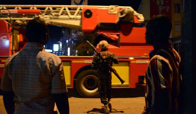 Un soldat de l'armée burkinabé à proximité de l'hôtel Splendid de Ouagadougou, le 15 janvier, après l'attentat revendiquée par AQMI.