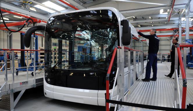 Des employés travaillent à la confection d'un Bluebus, l'autobus électrique du groupe Bolloré, le 15 janvier dans sa nouvelle usine d'Ergue-Gaberic.