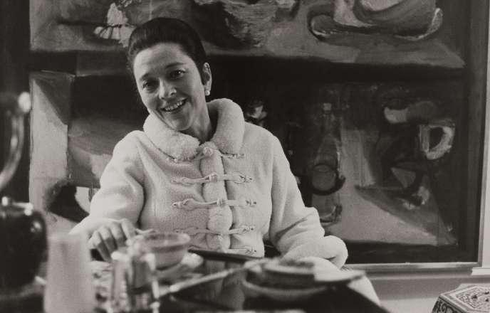 Edmonde Charles-Roux (née en 1920), chez elle à Paris, en 1966.