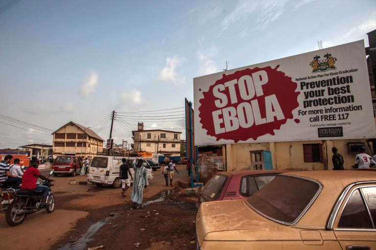 Des panneaux de la campagne «Stop Ebola» à Freetown, la capitale sierra-léonaise, le15janvier2016.