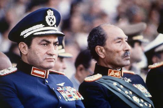 Le président égyptien Anouar el-Sadate, à droite, et le vice-président Hosni Moubarak lors de la parade militaire du 6 octobre 1981. Peu de temps après la prise de cette photo, des soldats ont ouvert le feu tuant le président et blessant le vice-président.