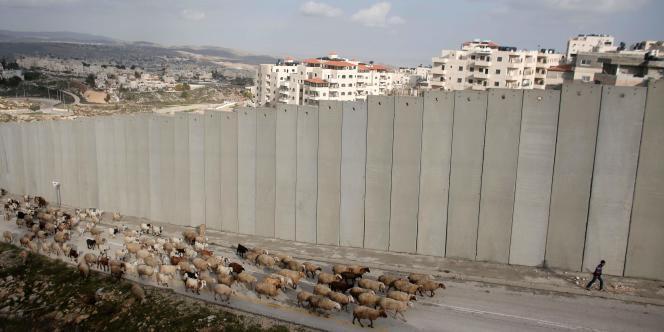 Vue du mur de séparation qui s'élève à proximité du camp de réfugiés de Shufat et de la colonie de Pisgat Zeev (à l'arrière-plan), à Jérusalem-Est, le 25 janvier 2016.