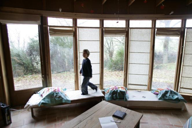 Maison écologique construite avec des techniques respectueuses de l'environnement.