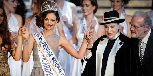 Geneviève de Fontenay a remis l'écharpe de Miss Prestige national 2016 à Emilie Secret, une étudiante picarde de 23 ans.
