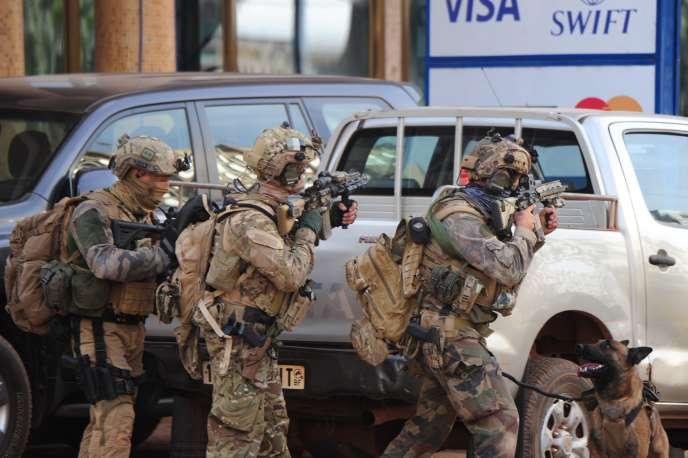 François Hollande a dénoncé « l'odieuse et lâche attaque qui frappe Ouagadougou » indiquant que « les forces françaises apportent leur soutien aux forces burkinabées ».