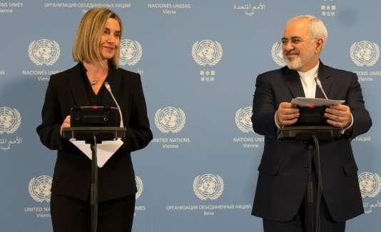 Le ministre des affaires étrangères iranien, Javad Zarif, et son homologue de l'Union européenne, Federica Mogherini, lors de leur conférence de presse, samedi 16 janvier, à Vienne, au siège de l'AIEA.