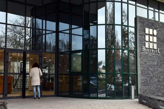 A l'entrée des locaux de Biotrial, à Rennes, le 16 janvier 2016.