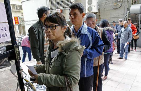 Des électeurs font la queue devant un bureau de vote à Taipei, samedi 16 janvier.