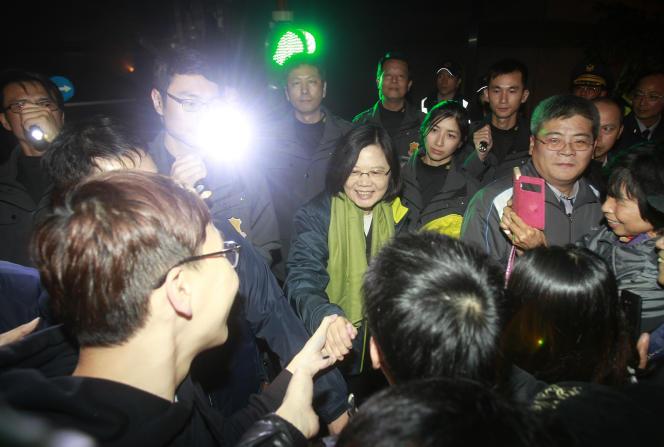 Tsai Ing-wen au milieu de ses partisans, samedi soir.