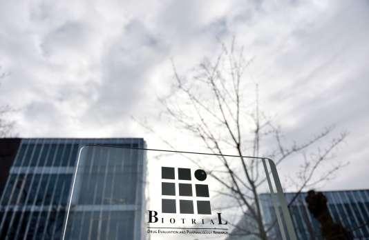 Devant le siège de Biotrial le 16 janvier 2016. Les publicités pour les essais cliniques sont distribués dans les journaux étudiants et sur les campus de Rennes.