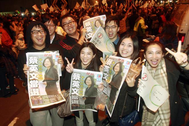 Des taïwanais célèbrent l'élection de Tsai Ing-wen à la présidence de l'île.