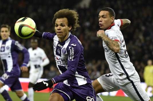 Le défenseur parisien Gregory Van Der Wiel (à droite) et l'attaquant toulousain Martin Braithwaite, samedi 16 janvier sur la pelouse du tout nouveau Stadium de Toulouse.