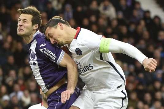 Choc entre le Parisien Zlatan Ibrahimovic et le défenseur serbe de Toulouse Uros Spajic, samedi 16 janvier au Stadium.