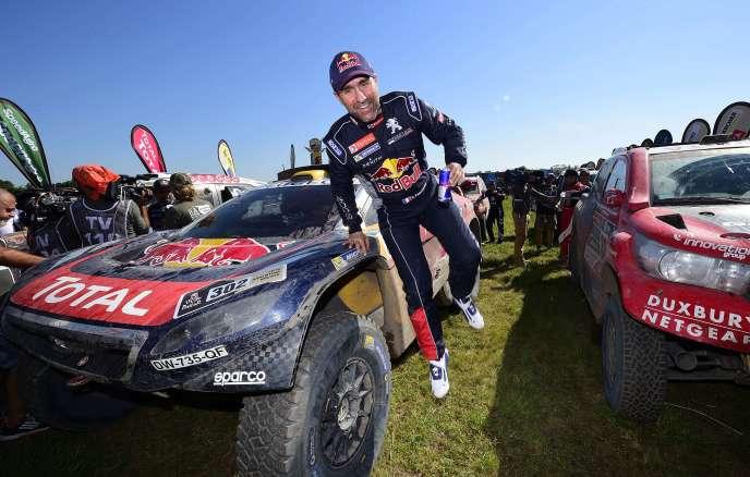 Le pilote Stéphane Peterhansel bondit de sa 2008 DKR, à l'arrivée de l'ultime étape du Dakar-2016, samedi 16 janvier à La Rioja (Argentine).