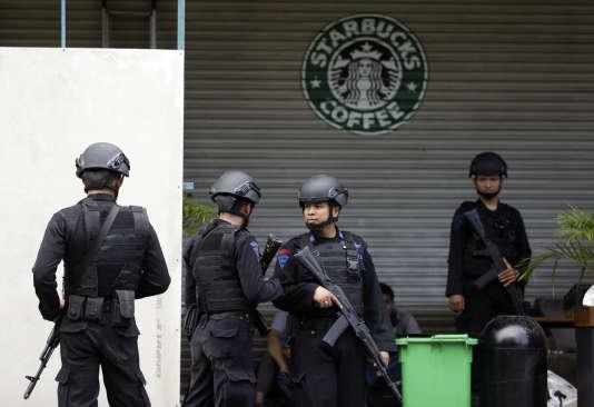 Des policiers indonésiens devant le café où les attaques du jeudi 14 janvier ont commencé.
