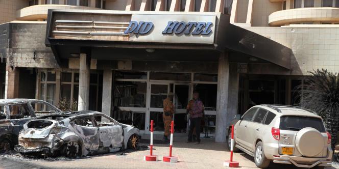 L'hôtel Splendid de Ouagadougou après l'attentat du 16 janvier 2016 revendiqué par le groupe djihadiste Al-Mourabitoune, afilié à Al-Qaida au Maghreb islamique (AQMI).