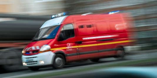 Le véhicule, apparemment une Renault Safrane, «roulait à plus de 100 km/h à un endroit où la vitesse est limitée à 50 km/h», a précisé le commissaire Sébastien Blondeau.