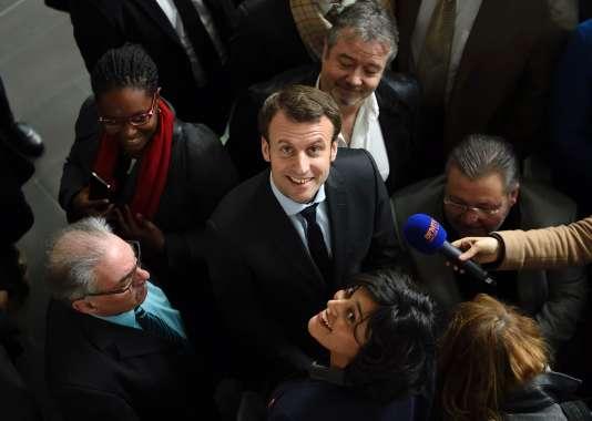 """Emmanuel Macron avec Myriam El Khomri lors d'une visite au """"Campus des métiers et de l'entreprise"""" à Bobigny le 11 janvier 2016."""