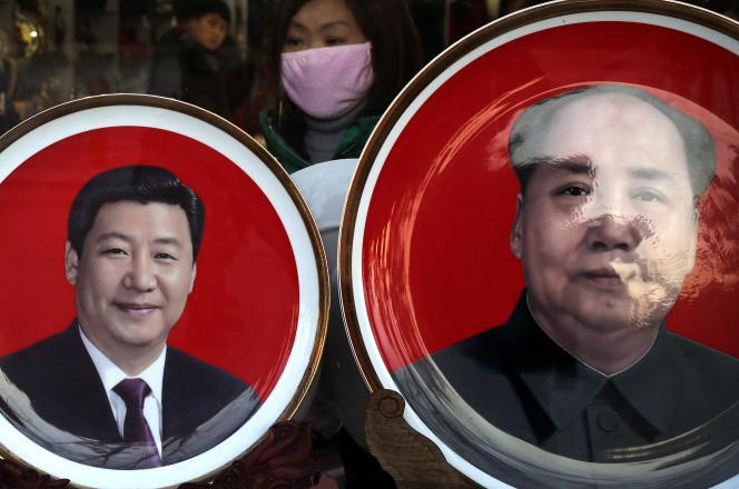 Assiettes souvenir montrant l'actuel  président chinois Xi Jinping, et Mao Zedong  dans une vitrine de Pékin le 17 janvier 2016.