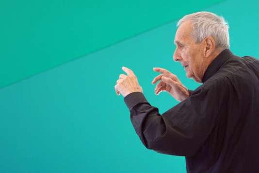 Le sculpteur et peintre Gottfried Honegger lors d'une exposition à l'Espace de l'art concret à Mouans-Sartoux en octobre 2009.