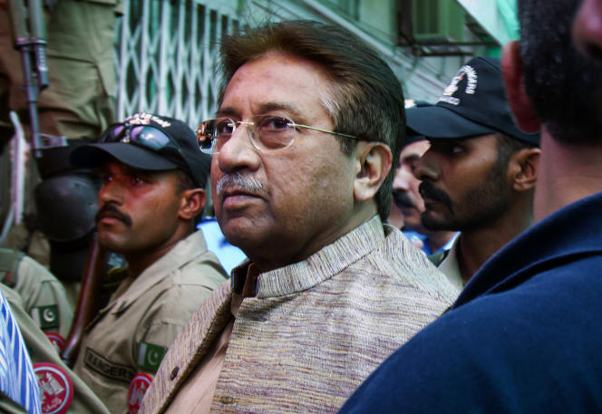 Pervez Musharraf arrive au tribunal antiterroriste, à Islamabad, le 20avril2013.