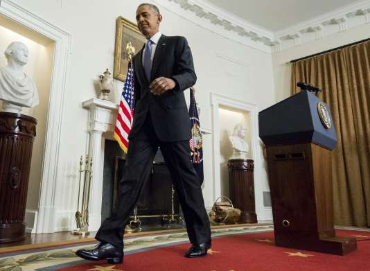 Barack Obama quitte la Cabinet Room à la Maison Blanche après un discours.