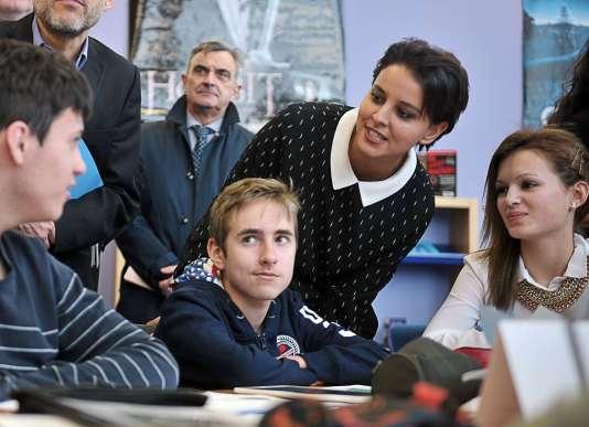 La Ministre de l'Education Najat Vallaud-Belkacem en visite au collège Paul Eluard à Beuvrages dans le nord de la France le 18 janvier 2016.