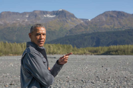 Barack Obama dans les montagnes de l'Alaska, où il est venu « observer les effets du changement climatique » près du glacier Harding.
