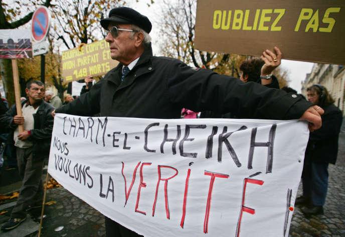 Une manifestation à la mémoire des victimes du crash de Charm el-Cheick, devant l'ambassade égyptienne à Paris, le 3 janvier 2004.