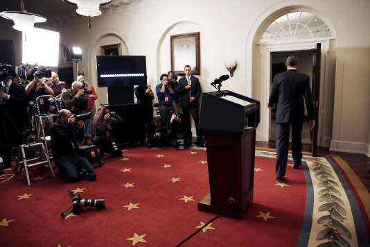 Barack Obama quitte la salle de presse de la Maison Blanche où il vient de faire une annonce concernant l'Iran, le 17 janvier 2016 à Washington.