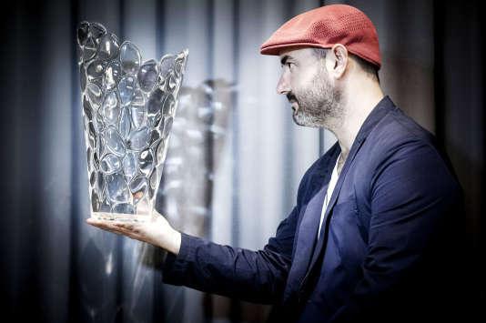 Eugeni Quitllet, avec un vase de la collection Vase-O pour Kartell, 2015.