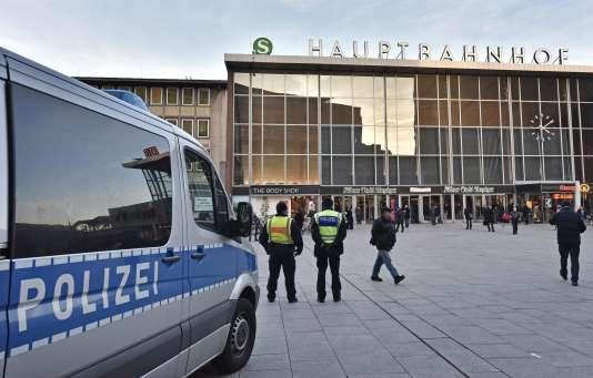 Patrouille de policiers devant la gare de Cologne, le 18 janvier 2016.