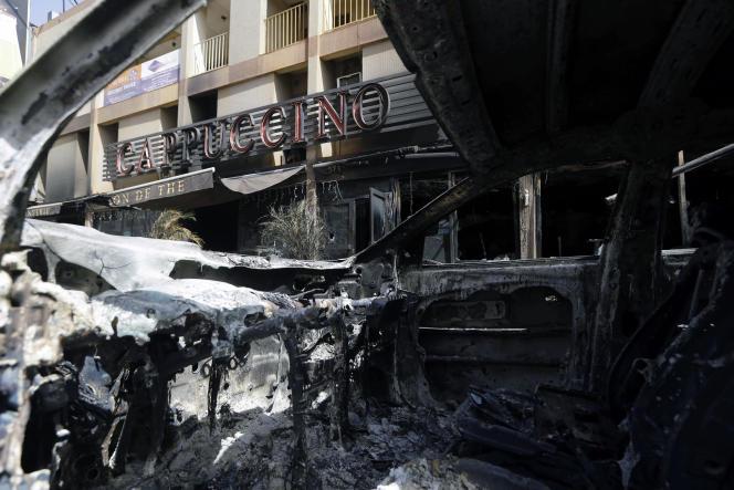 Le restaurant-bar Le Cappuccino, à Ouagadougou, après l'attentat, le 15 janvier 2016, perpétré par des djihadistes d'Al-Qaida au Maghreb islamique (AQMI).