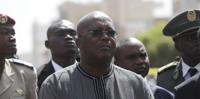 Roch Marc Christian Kaboré, devant l'hôtel Splendid de Ouagadougou, le 18janvier, trois jours après les attaques terroristes qui ont fait 30morts dans la capitale.