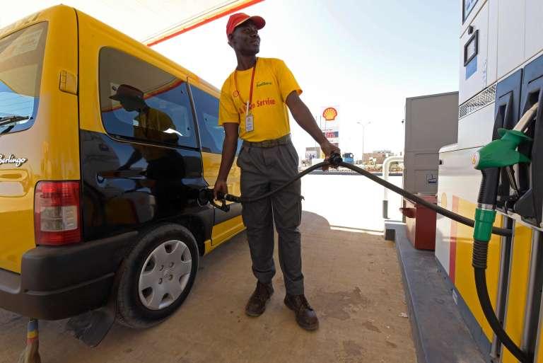 Le Sénégal est dépendant des importations pour ces besoins énergétiques. Un automobiliste achète de l'essence, le 18 janvier à Dakar.