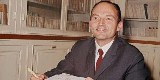 Michel Tournier pose, le 1er novembre 1970, après avoir reçu le prix Goncourt pour «Le Roi des Aulnes».