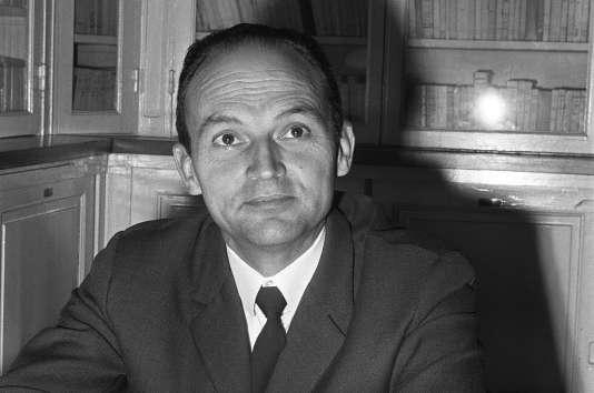 """L'écrivain Michel Tournier, le 23 novembre 1970, signant des exemplaires de son roman """"Le Roi des Aulnes"""" qui lui avait valu ce jour-là l'attribution du prix Goncourt."""