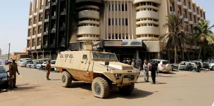 Des soldats patrouillent aux abords de l'Hôtel Splendid, le 17 janvier, après l'attaque qui a causé la mort de 29 personnes.