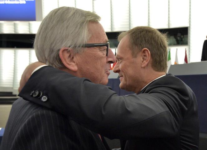 Le président du Conseil européen Donald Tusk (à droite) et son homologue à la Commission européenne, Jean-Claude Juncker, à  Strasbourg, le 19 janvier.