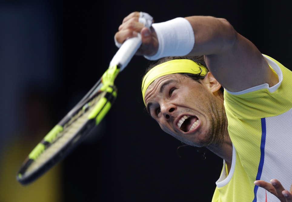 Première surprise du tournoi : Rafael Nadal a été sorti dès le premier tour par son compatriote Fernando Verdasco, mardi 19 janvier à Melbourne.(AP Photo/Aaron Favila)