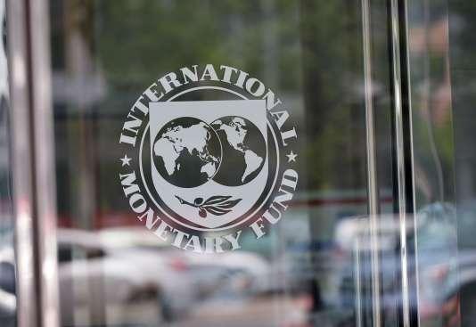 Le sceau du Fonds monétaire international sur la porte du siège de l'institution à Washington.