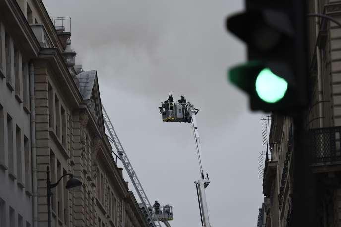 Des pompiers tentaient de maîtriser un incendie à l'hôtel Ritz à Paris, le 19 janvier 2016.