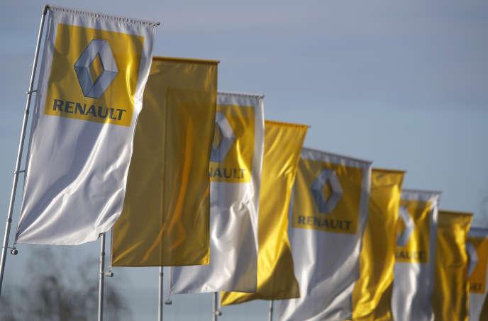 Les nouveaux recrutements auront lieu « pour moitié dans les usines et pour l'autre moitié dans les autres secteurs du groupe, principalement dans les métiers de l'ingénierie et dans les fonctions tertiaires », précise Renault.