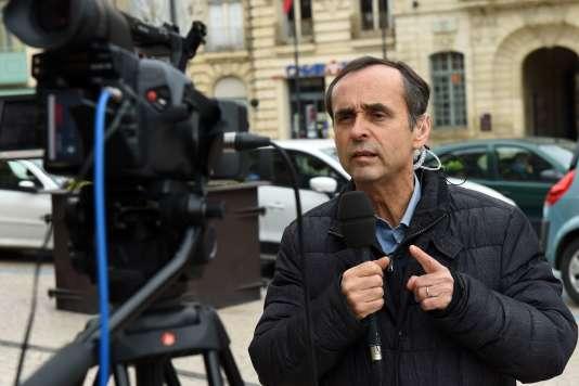 Dès le début de son mandat, Robert Ménard multiplie les arrêtés prévoyant des sanctions contre les incivilités sur la voie publique.