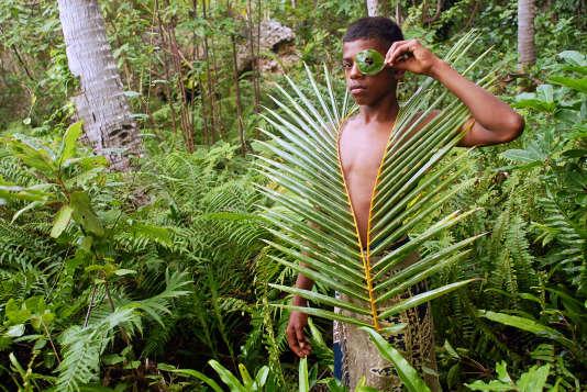 Un jeune guide kanak posant dans la forêt néo-calédonienne, le8 juin 2007.