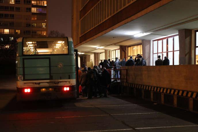 Un bus du SAMU social de Paris dépose ses passagers au centre La Boulangerie, en février 2012.